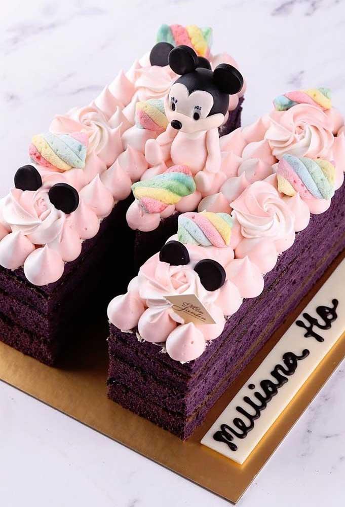 Bolo da Minnie decorado com suspiros e marshmallows