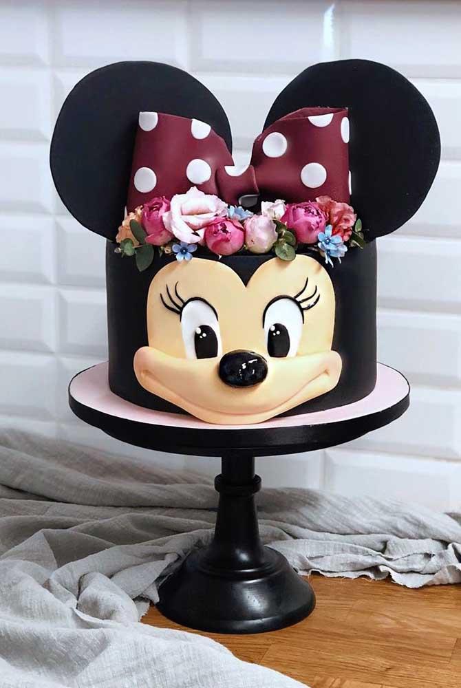 Bolo da Minnie preto decorado com flores