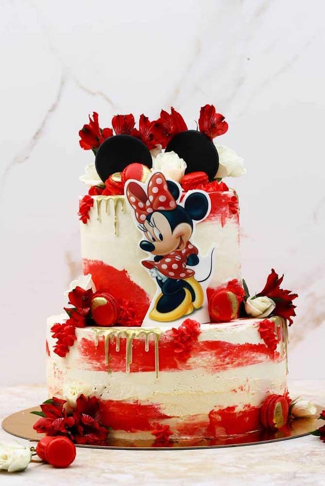 O vermelho da personagem aparece nesse bolo nas flores, no chantilly e nos doces