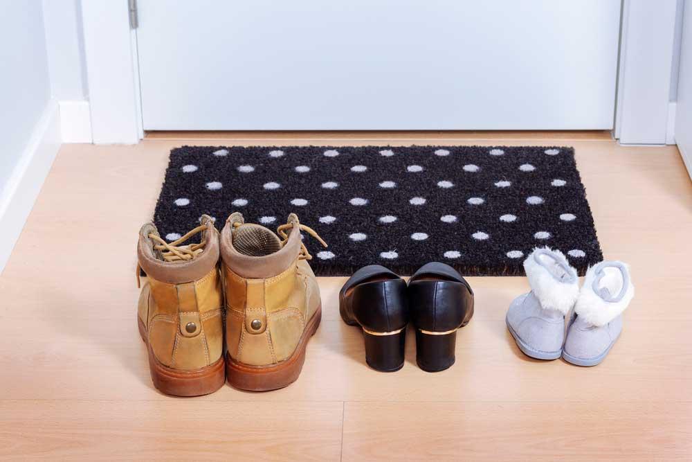 Sapatos na entrada da casa