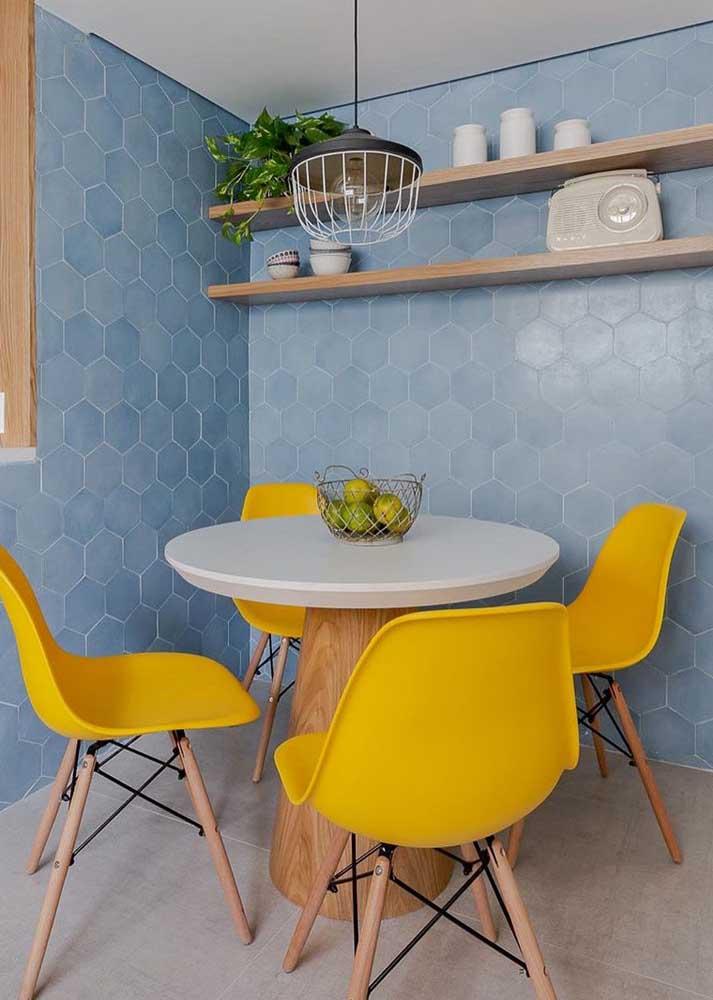 As cadeiras Eames amarelas deram um toque todo especial para essa mesa de jantar redonda