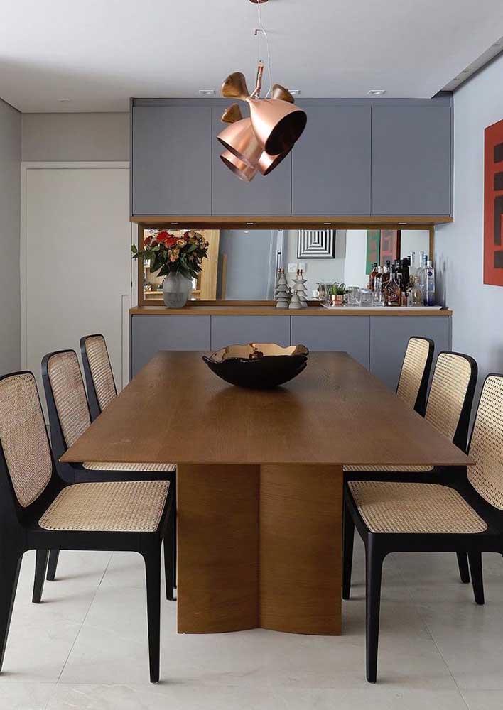 A sala de jantar retangular ganhou uma mesa no mesmo formato