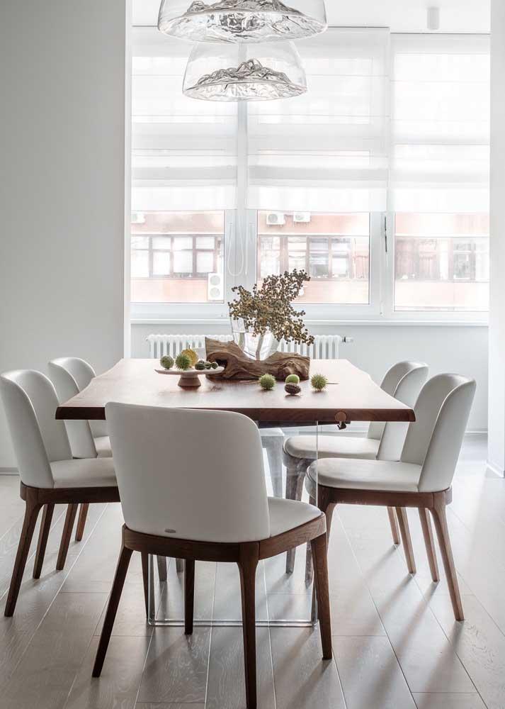 Opção super elegante de mesa para sala de jantar: tampo de madeira e base de vidro