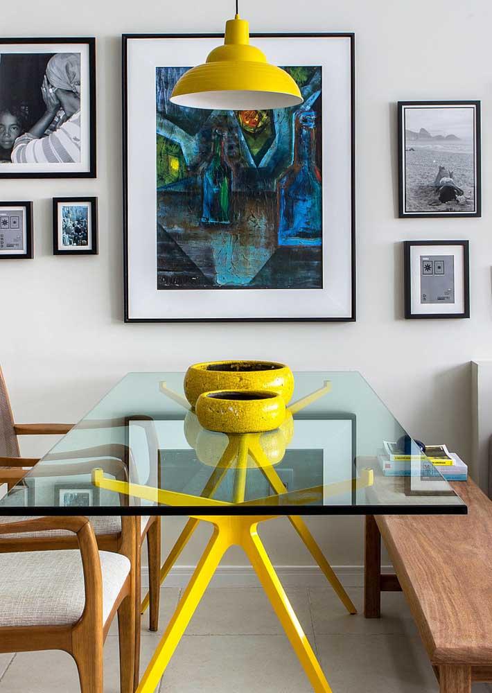 Mesa de jantar de vidro com base de ferro