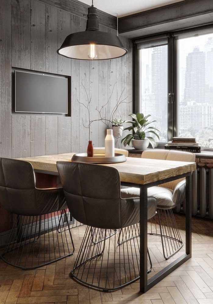 Cadeiras pra lá de confortáveis acompanham essa mesa de jantar encostada na parede