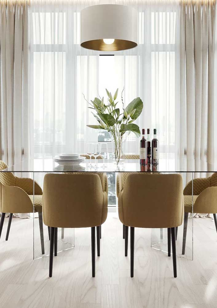 Para uma sala clean e sofisticada aposte em uma mesa de jantar de vidro