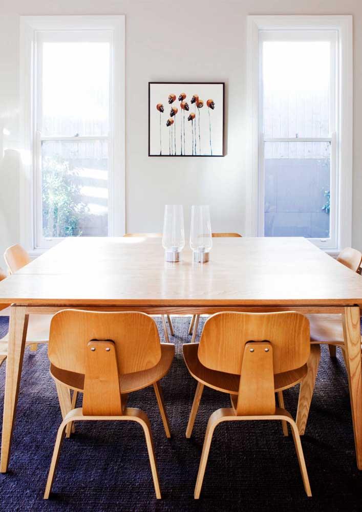 Cadeiras e mesa de madeira
