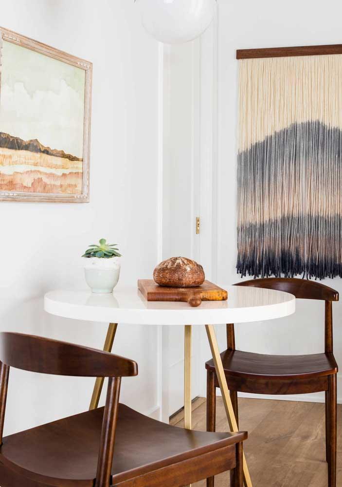 Aqui, a mesa de jantar pequena dá conta do recado