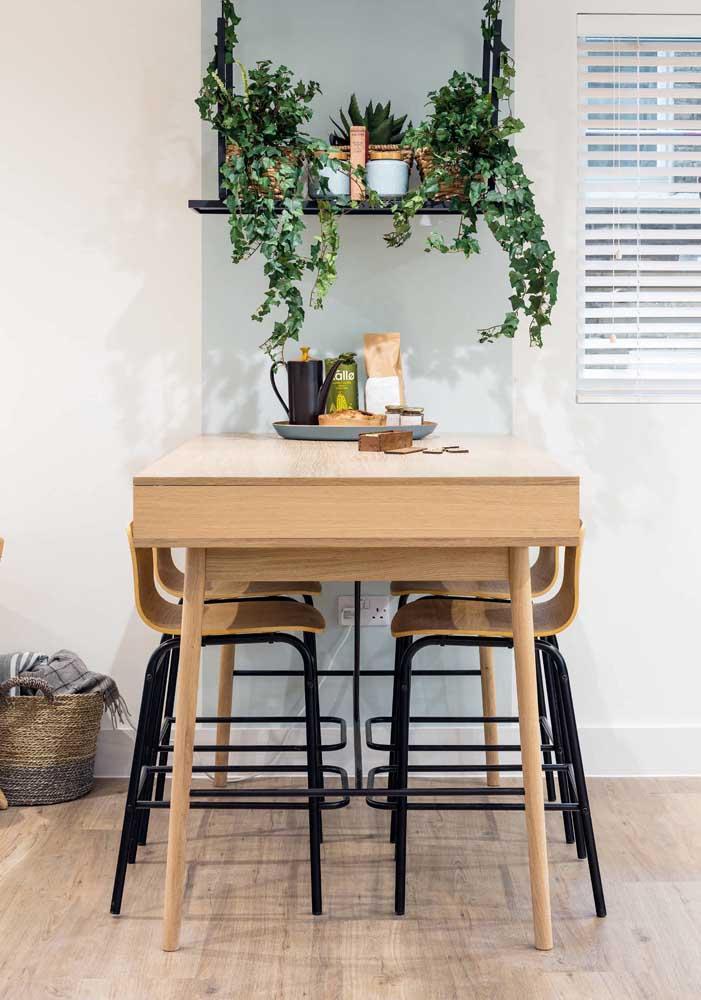 Em salas pequenas, o truque é usar uma mesa de jantar quadrada encostada na parede