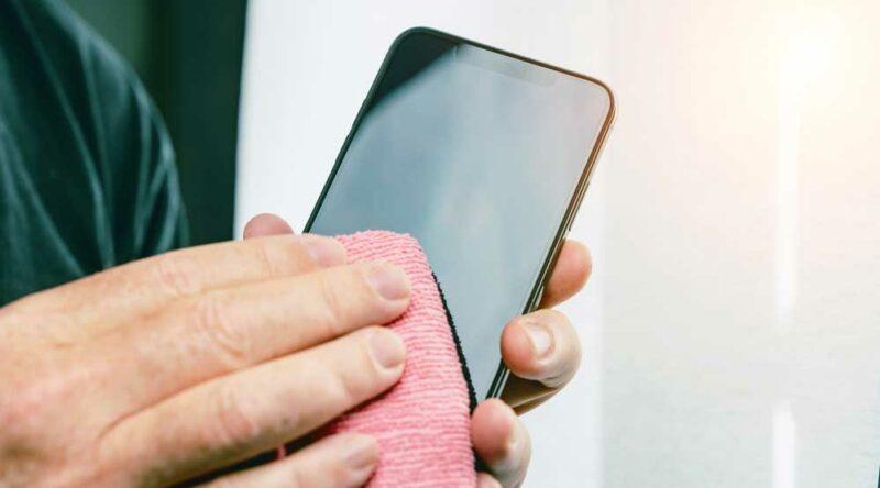 Como limpar tela de celular: veja o passo a passo da limpeza da tela