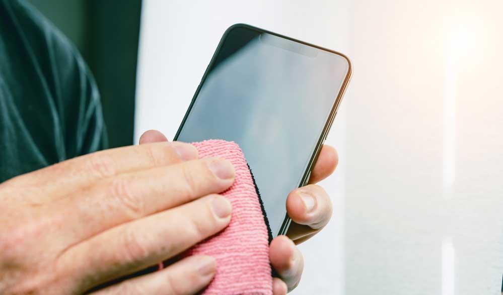 Porque é importante limpar a tela do celular
