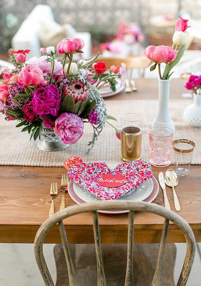 Mesa posta para o jantar romântico em tons de rosa