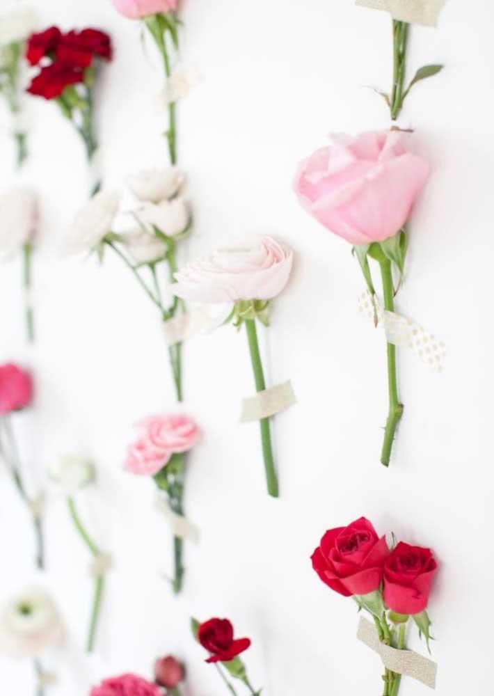 Flores na parede: clima delicado e romântico