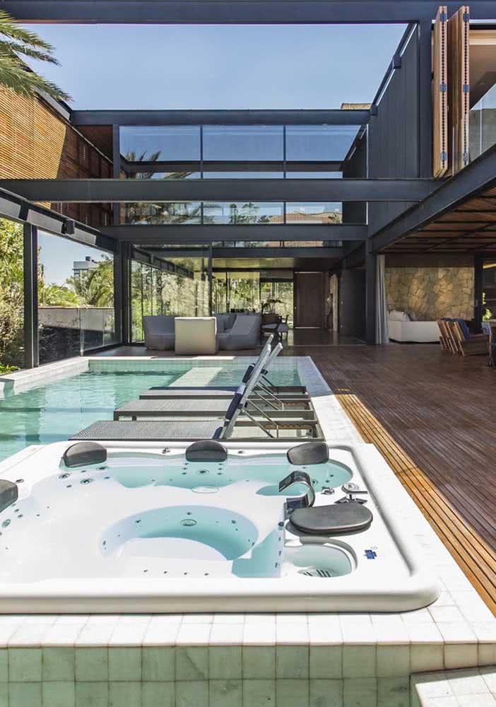 Jacuzzi externa junto da piscina