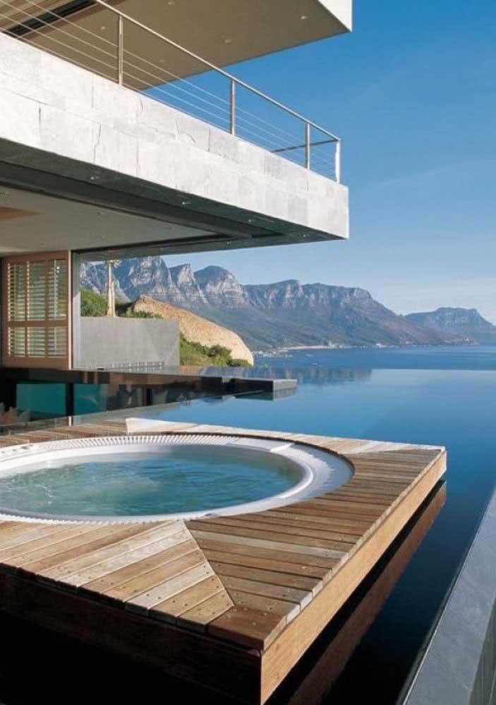 Jacuzzi de luxo integrada a piscina com borda infinita