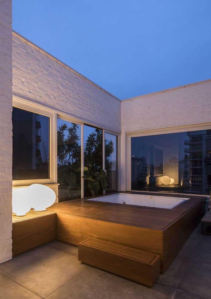Jacuzzi na varanda com uma iluminação sob medida