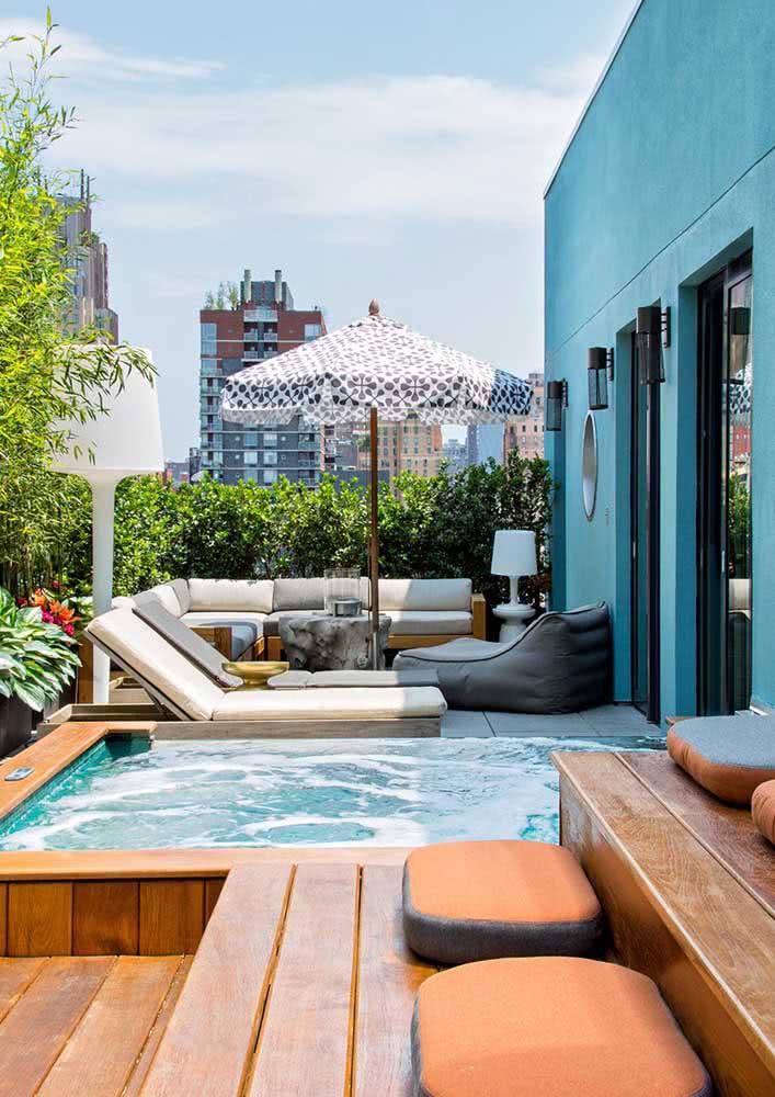 Jacuzzi na varanda do apartamento fazendo a vez da piscina