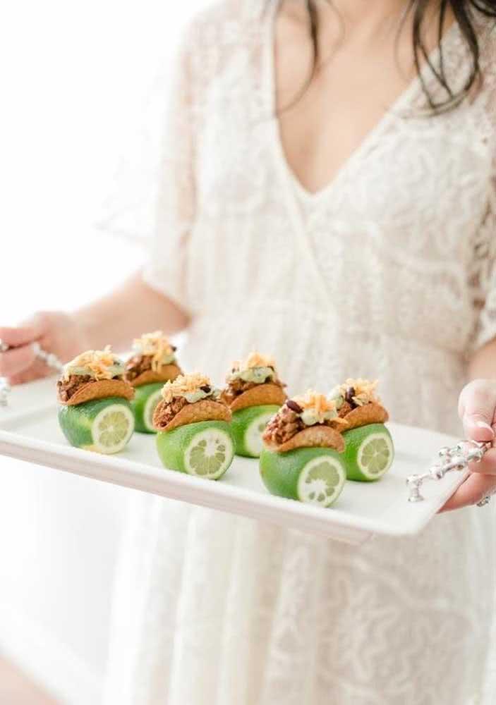 Mini tacos servidos com limão!