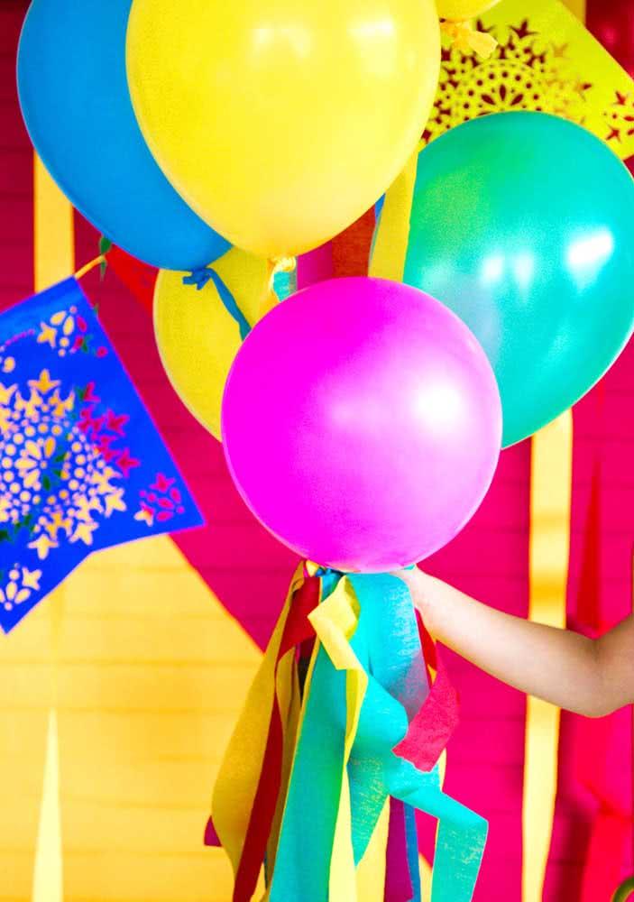 Balões coloridos para uma decoração simples e barata de jantar mexicano