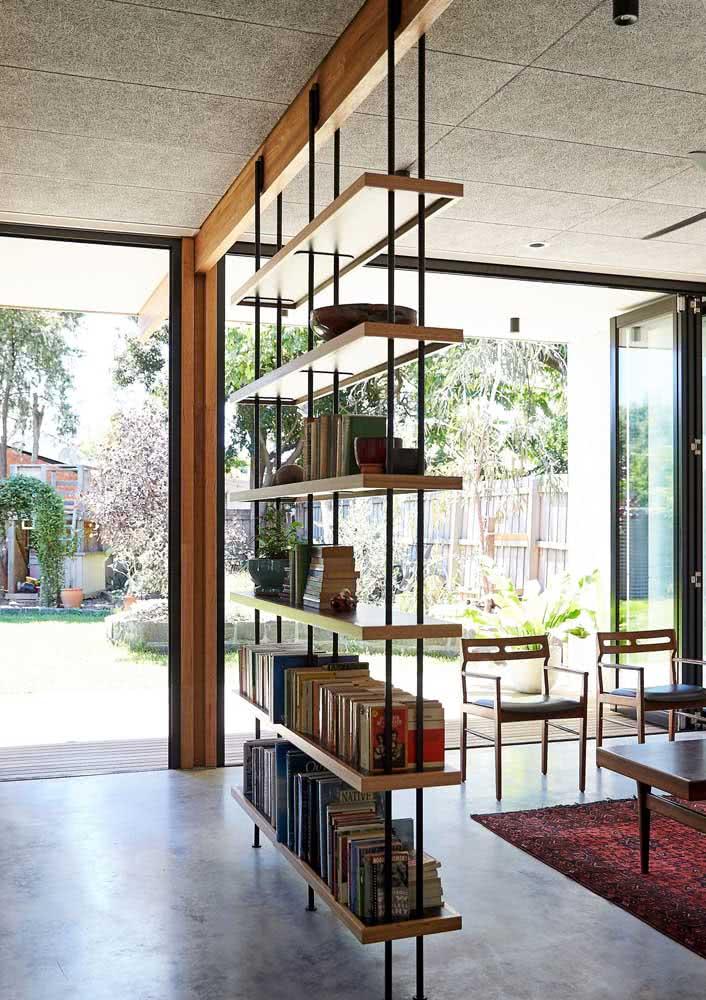 Moderna e cheia de personalidade, essa estante decora, organiza e divide os ambientes