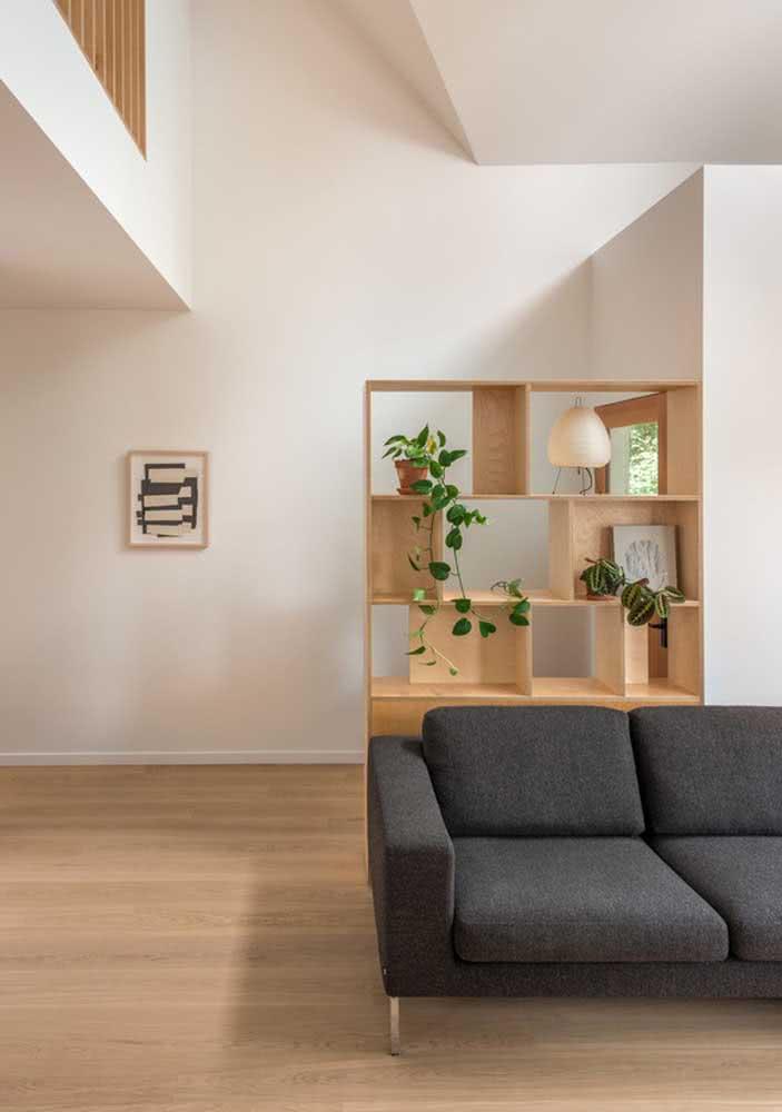 Estante de madeira clara para complementar o visual da sala minimalista