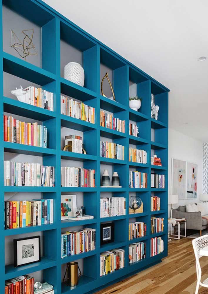 Estante azul trazendo um toque de cor para sala de estar