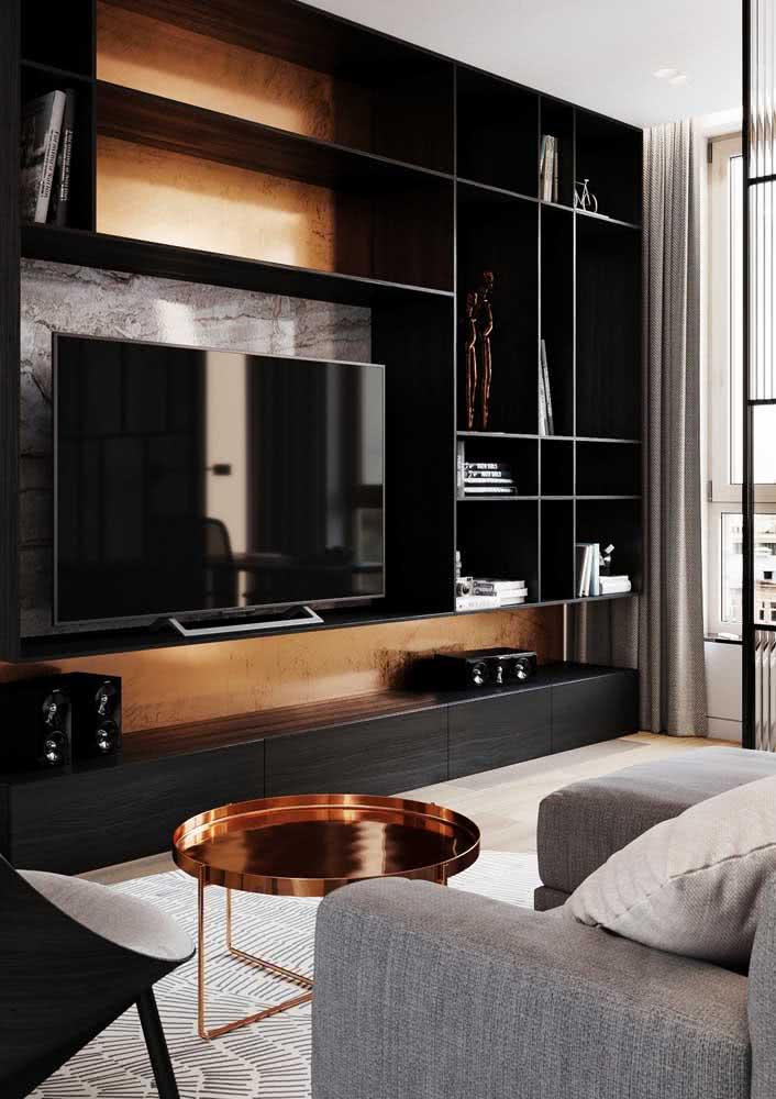 Estante preta com fundo amadeirado: moderna, estilosa e elegante