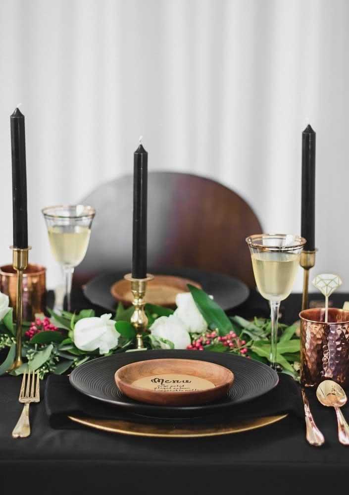 Mesa posta elegante e sofisticada para a noite de queijos e vinho