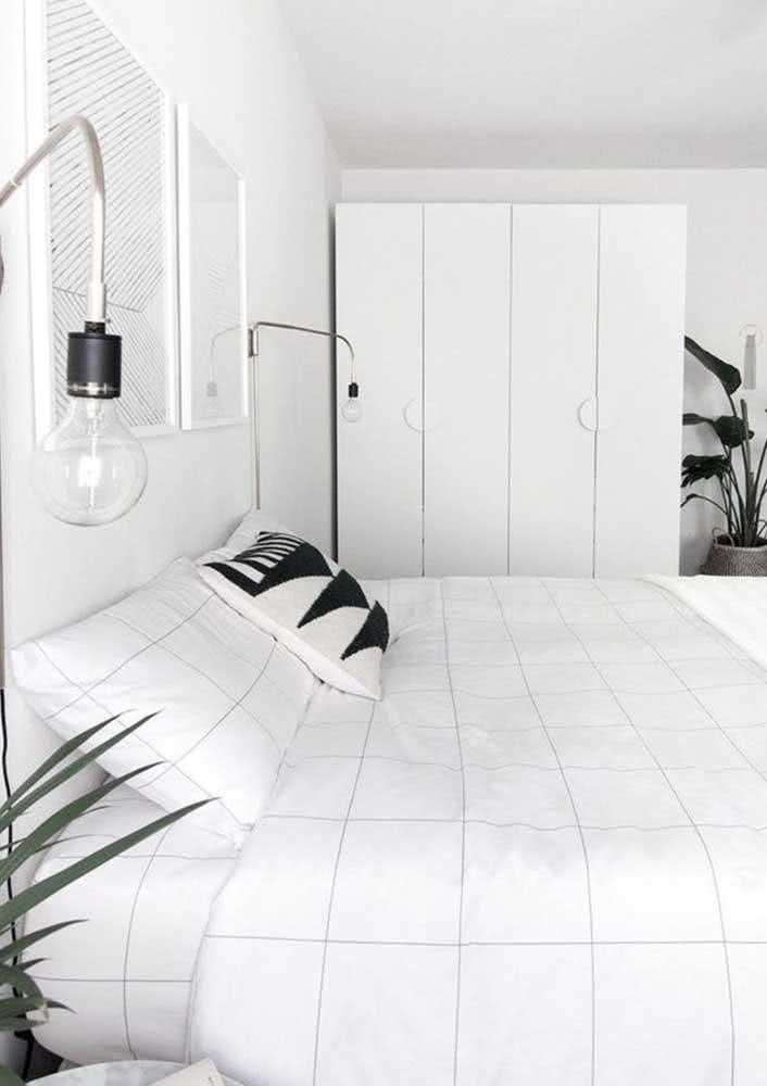 Guarda-roupa de casal branco, pequeno e minimalista como a decoração do quarto