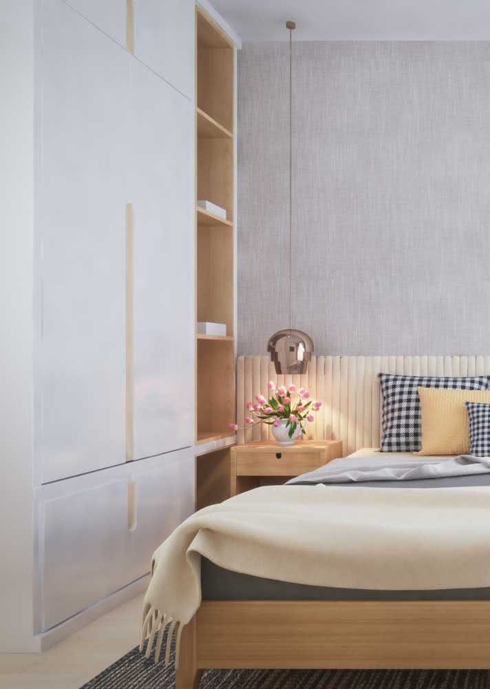 Guarda-roupa de casal para quarto pequeno. A ausência de puxadores favorece o visual clean do móvel