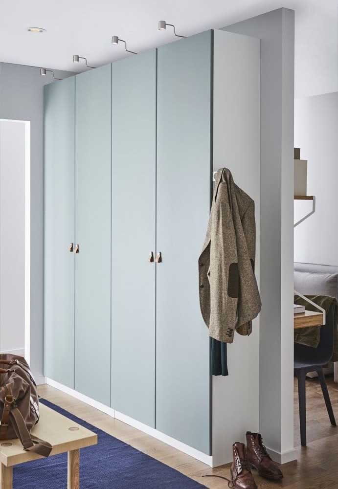 Guarda-roupa de casal planejado com profundidade reduzida para se ajusta ao tamanho do quarto