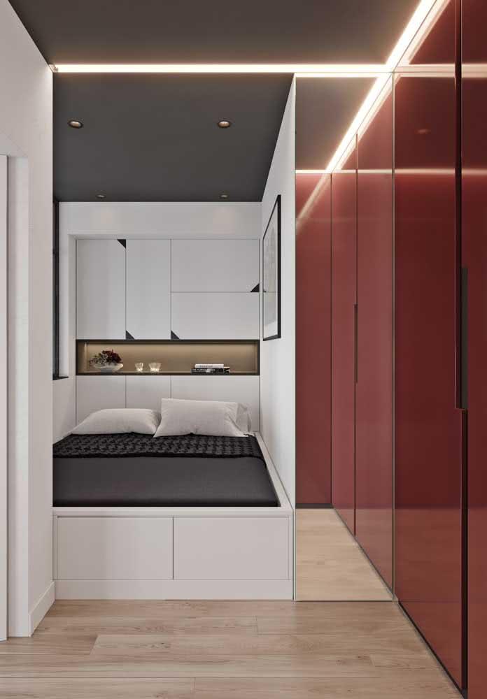 Guarda-roupa de casal moderno com portas vermelhas