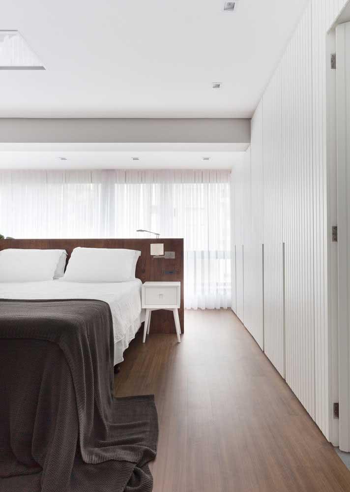 Um guarda-roupa proporcional ao tamanho do quarto