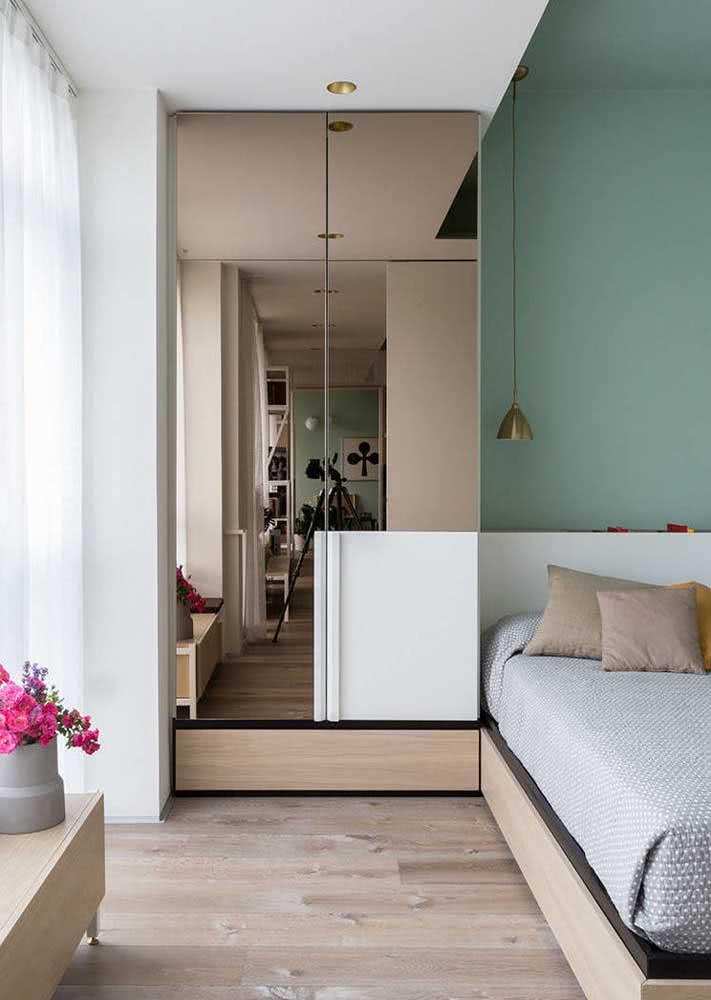 A porta espelhada cumpre duas funções: auxiliar no momento de se vestir e ajudar a ampliar o ambiente