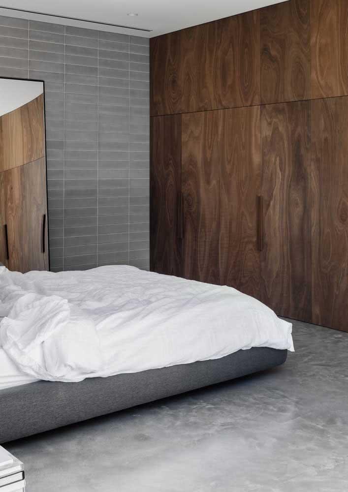 Guarda-roupa de casal de madeira para um quarto sóbrio e elegante