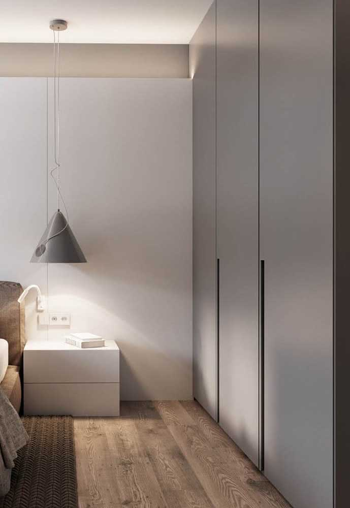 Para um quarto moderno, um guarda-roupa cinza