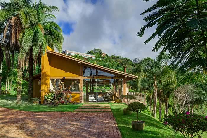 O amarelo ocre foi a escolha desta residência, principalmente na área externa