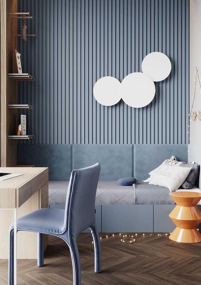 Piso de madeira escura em contraste com a mobília azul