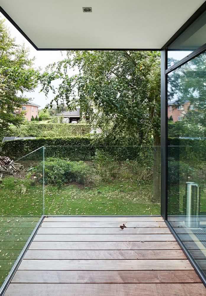 Deck de madeira simples para a varanda do quarto