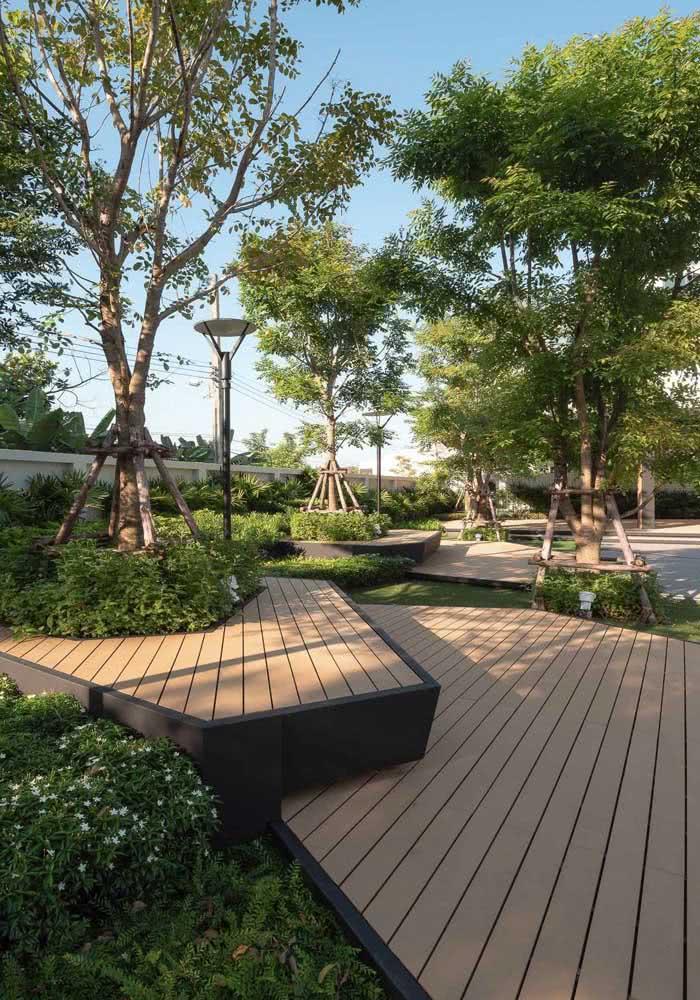 Deck de madeira traz conforto para o jardim