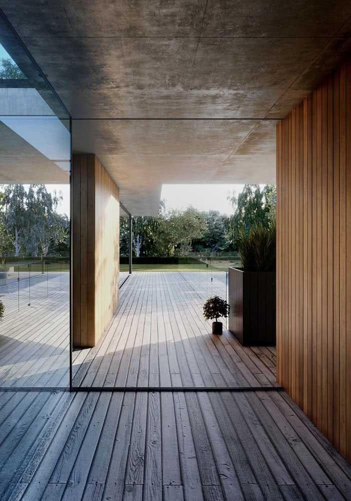 Deck de madeira dentro e fora de casa