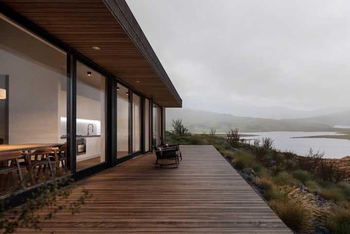 Que tal apreciar a vista sobre o deck de madeira?