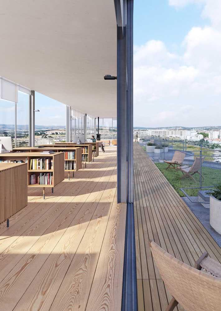 Piso laminado na área interna e deck de madeira para área externa