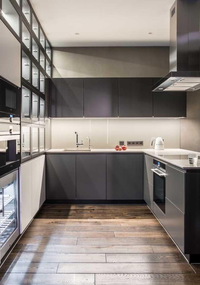 Aposte na resistência do porcelanato de madeira para sua cozinha