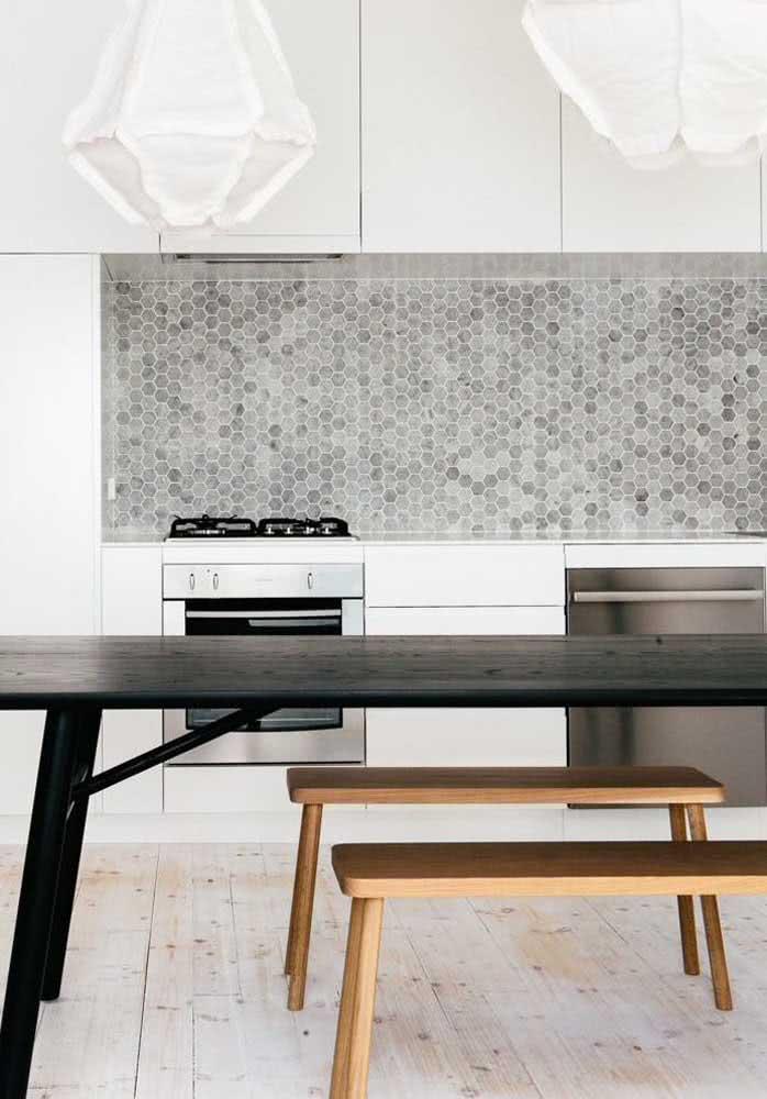 Porcelanato de madeira para facilitar a limpeza da cozinha