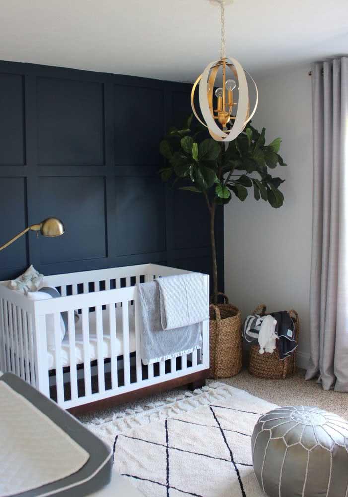 Lustre dourado para combinar com a decoração elegante do quarto de bebê