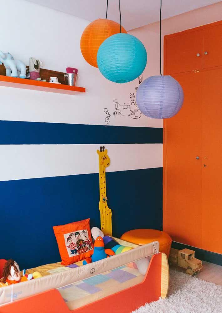 E o que acha de transformar lanternas japonesas em lustres para quarto de bebê?