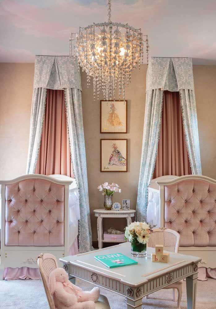 O quarto clássico de gêmeas ganhou um lustre pendente de cristal pra lá de refinado
