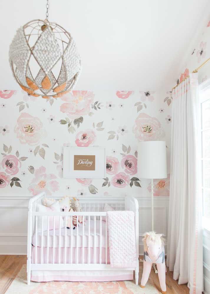 Miçangas e pedrarias decoram esse lustre para quarto de bebê feminino