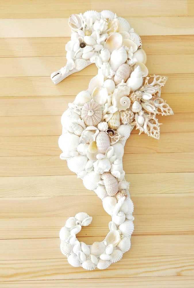 Cavalo marinho super delicado feito com conchas do mar. Repare que os formatos e a tonalidade das conchas são uniformes